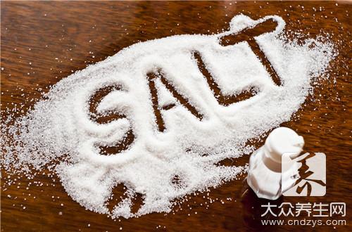 炒菜时油里放盐的危害-第1张